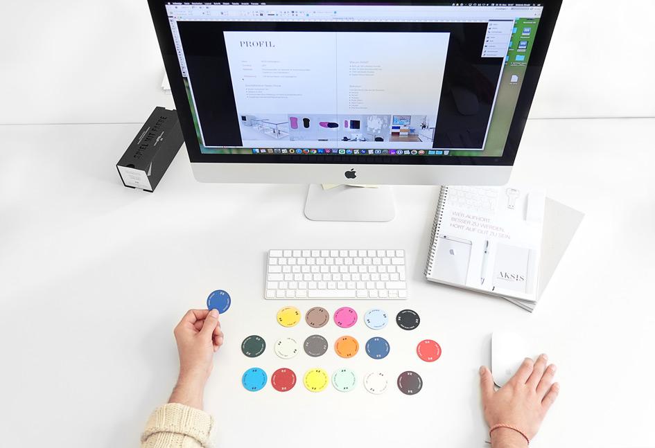 Der Arbeitsplatz in der AKSIS Werbeagentur und Internetagentur ist stets sauber und aufgeräumt. So gelingen Webdesign oder Printdesign besser. Seid gespannt auf unser Agenturportfolio!
