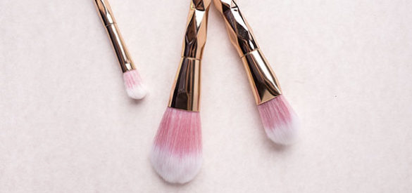 Make-Up Pinsel liegen auf einem Tisch